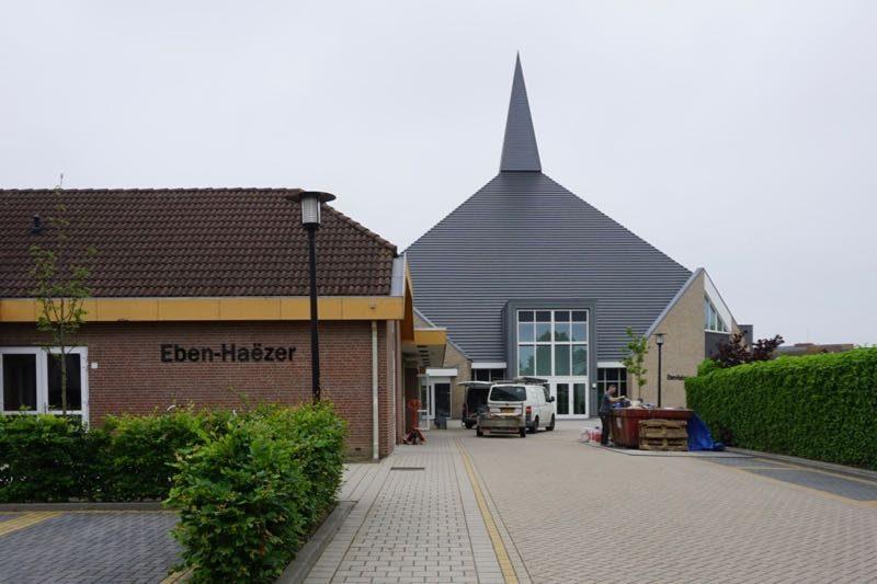 De moderne nieuwe kerk van de Hersteld Hervormde Gemeente van Goeree in Ouddorp