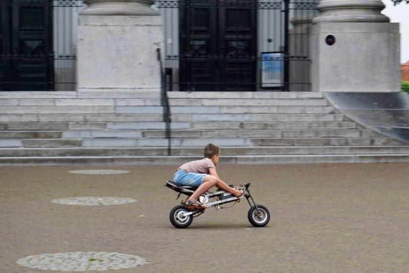De kleine Willy Wortel van Zierikzee met zijn zelfgebouwde minimotor met elektra aandrijving