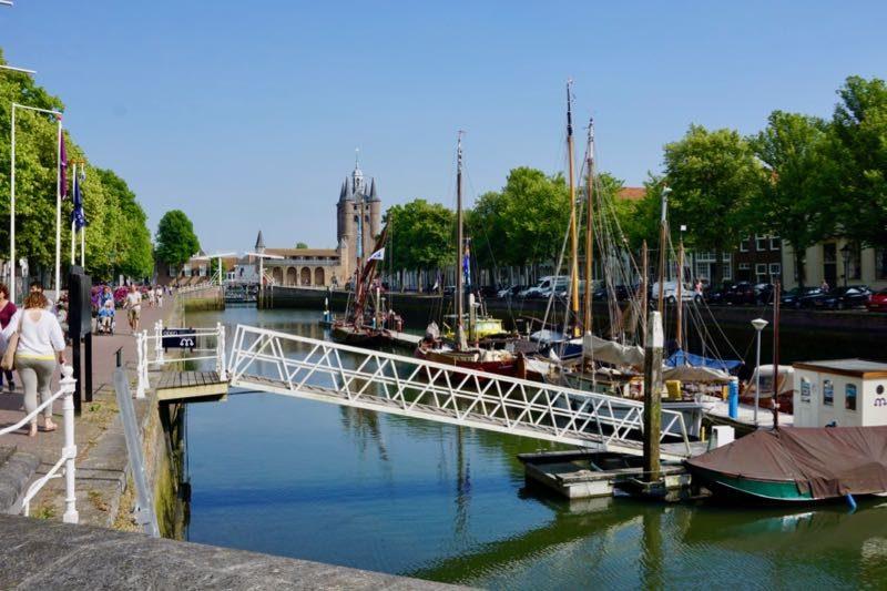 De Museumhaven met op de achtergrond de Zuidhavenpoort van Zierikzee