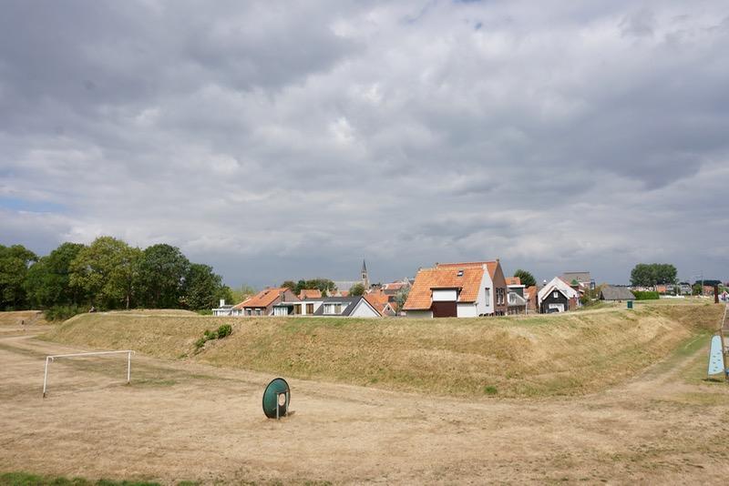 Het gras op de vest rond Tholen is verdroogd