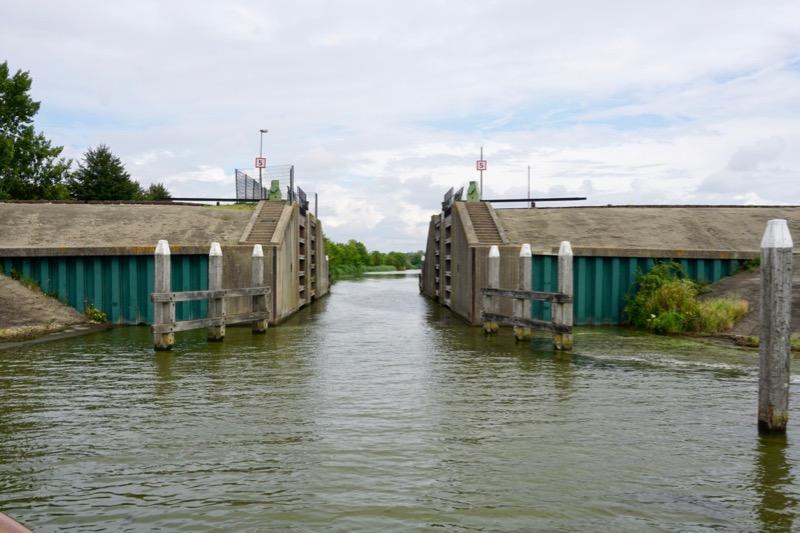 De openstaande sluis bij de ingang van het kanaal naar Oude-Tonge