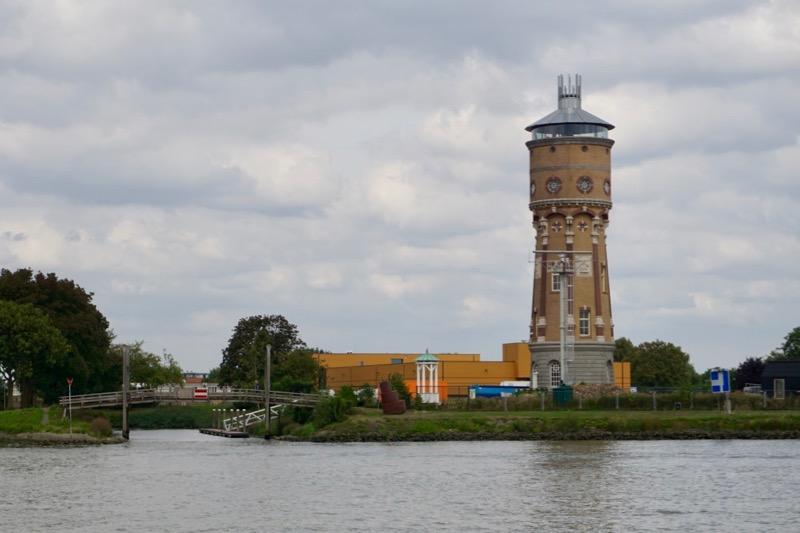 De watertoren van Papendrecht tegenover Dordrecht