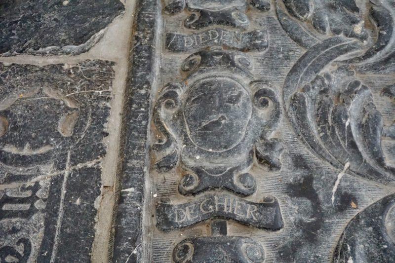 Fragment van een grafzerk in de Maartenskerk van Zaltbommel