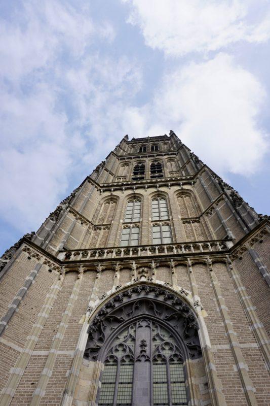 De hoge toren van de Maartenskerk in Zaltbommel
