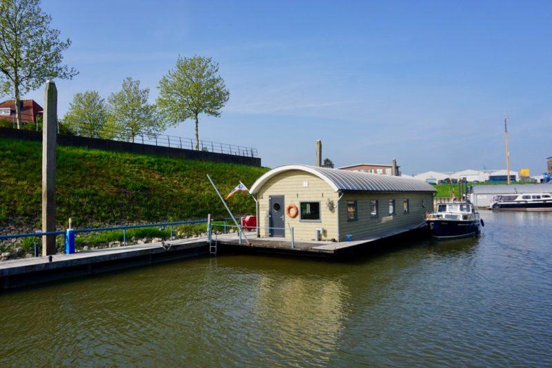 Het clubgebouw en havenkantoor van WSV De Golfbreker in Zaltbommel