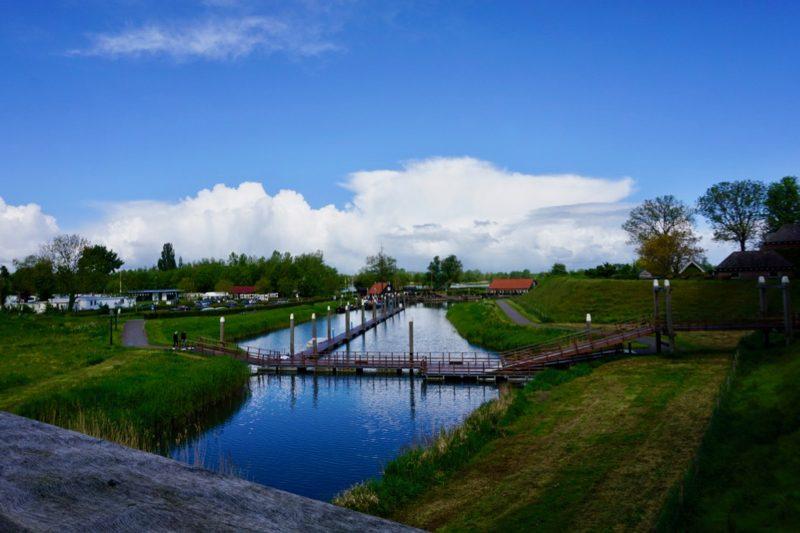 Achterin de Historische Stadshaven van Woudrichem is een lange passantensteiger