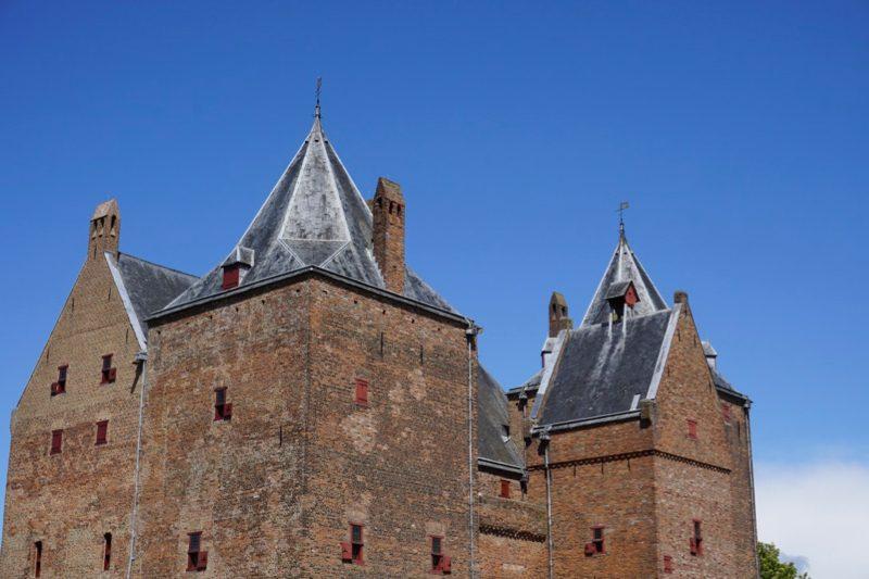 Slot Loevestein is een compact zaaltorenkasteel uit de 14e eeuw