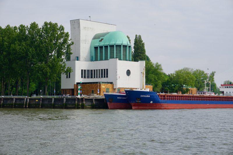 Het ventilatiegebouw van de Maastunnel op de noordoever van de Nieuwe Maas