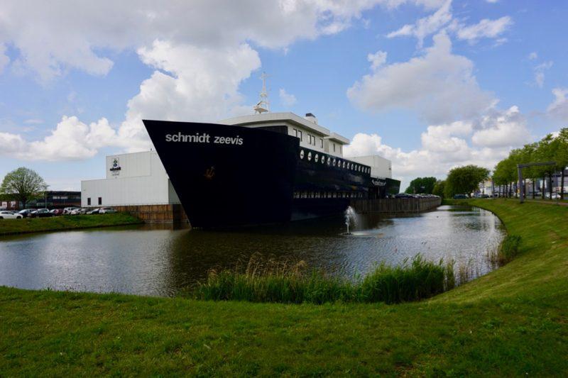 Tussen Schiedam en Delfshaven het bedrijfspand van Schmidt Zeevis