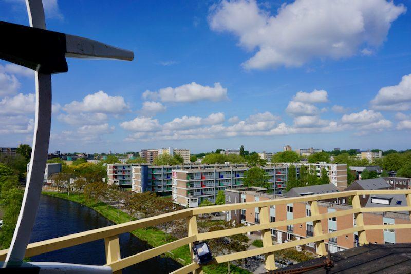 Uitzicht vanaf de molenomgang van molen 'De Vrijheid' over nieuwbouw Schiedam
