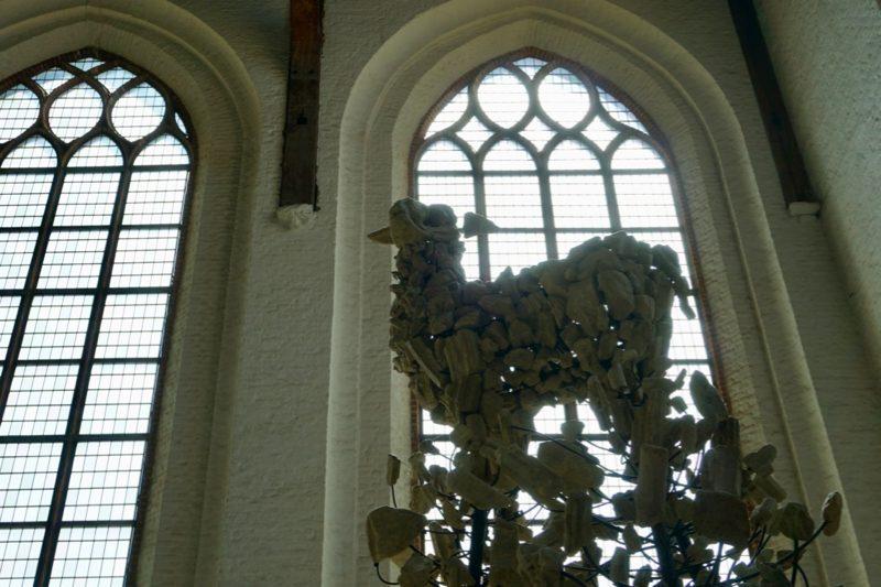 In 2009 maakt de Schiedamse kunstenaar Sjef Henderickx het kunstwerk; Het Lam Gods van brokstukken van kapotgeslagen altaren