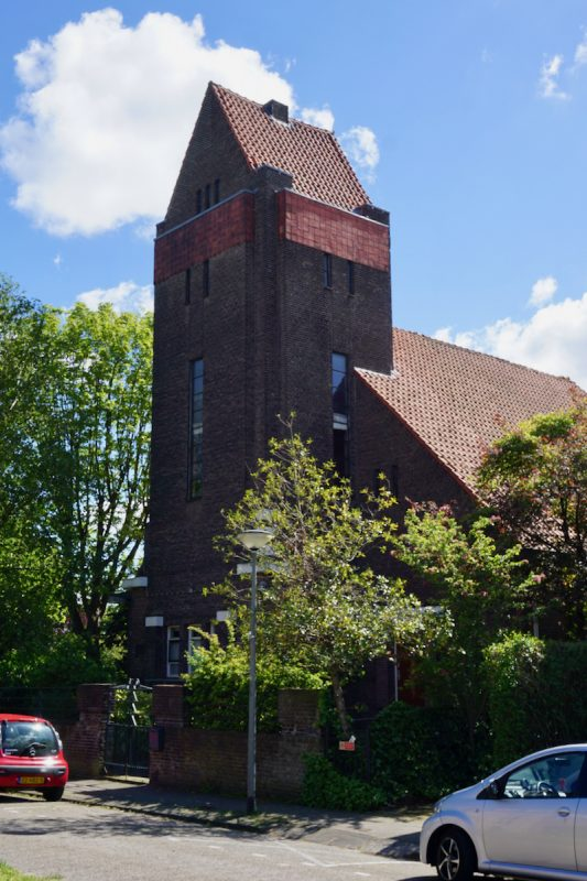 De Hoeksteen is het voormalige kerkgebouw van de CGK van Schiedam