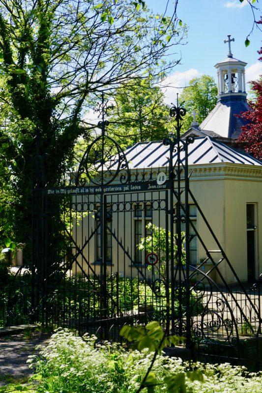 De fraaie ijzeren toegangshekken naar de RK begraafplaats en voormalige kapel naar een ontwerp van de Rotterdamse architect E.J. Margry