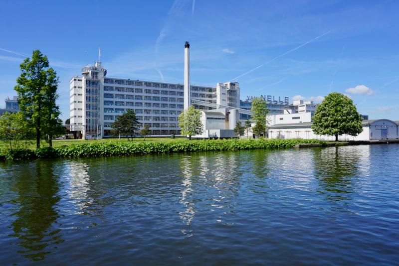 De voormalige Van Nellefabriek aan de Delfshavense Schie in Rotterdam