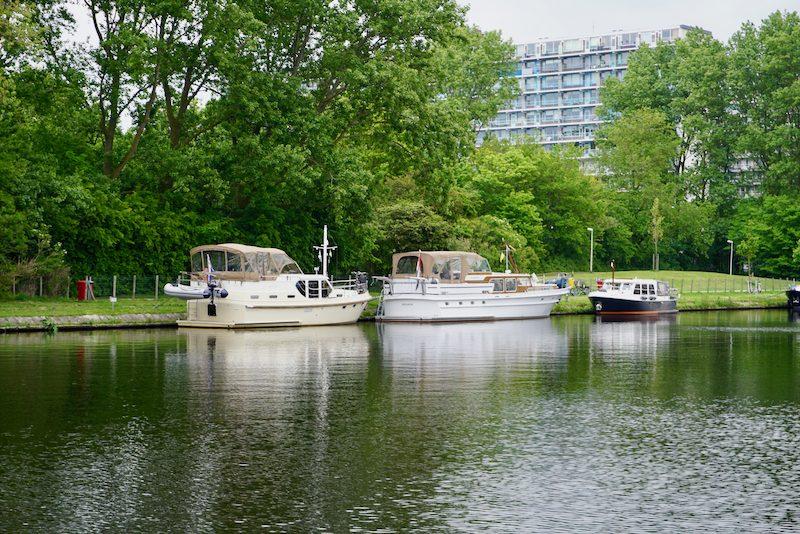 Aan de graswal tegenover Jachthaven Katwijk