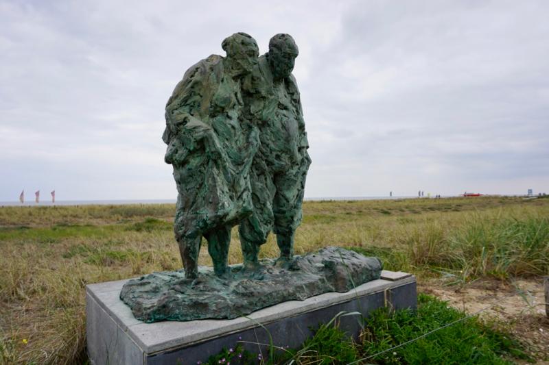 Het standbeeld 'Pootje baden' aan de boulevard van Katwijk aan Zee