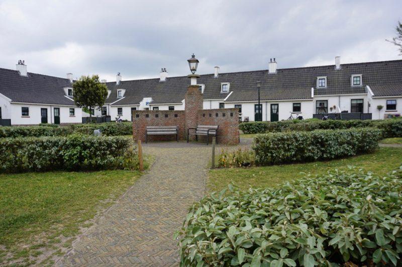 Het Andreashofje naast de Oude Kerk van Katwijk
