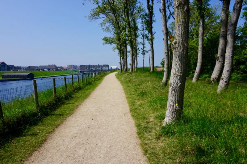 Het voetpad langs het Uitwateringskanaal bij Katwijk aan Zee
