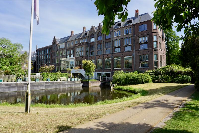 Het Academiegebouw vanuit de Hortus Botanicus in Leiden