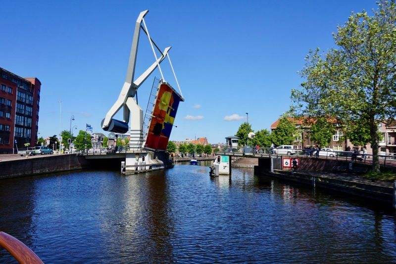 Ophaalbrug in het Spaarne voor het centrum van de stad Haarlem