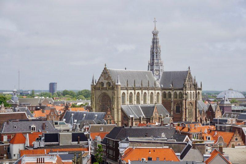 Overzicht van het centrum van Haarlem met de Bavo