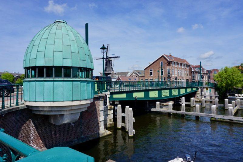 Monumentale draaibrug met brugwachtershuisje over het Spaarne in Haarlem