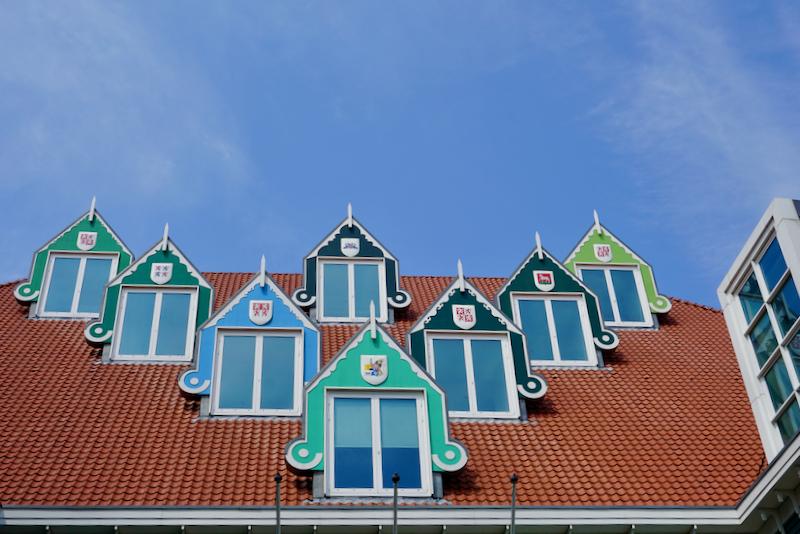 Het dak boven de entree van het nieuwe Stadhuis van Zaandam