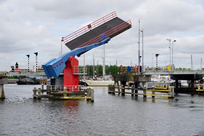Brugopening voor Jachthaven Dukra in Zaandam