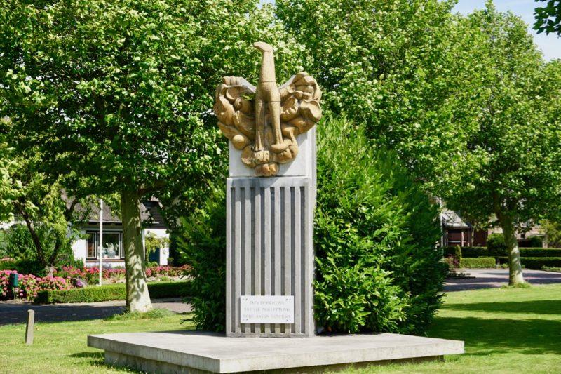Het monument voor de eerste Moedermavo van Nederland In Middenmeer