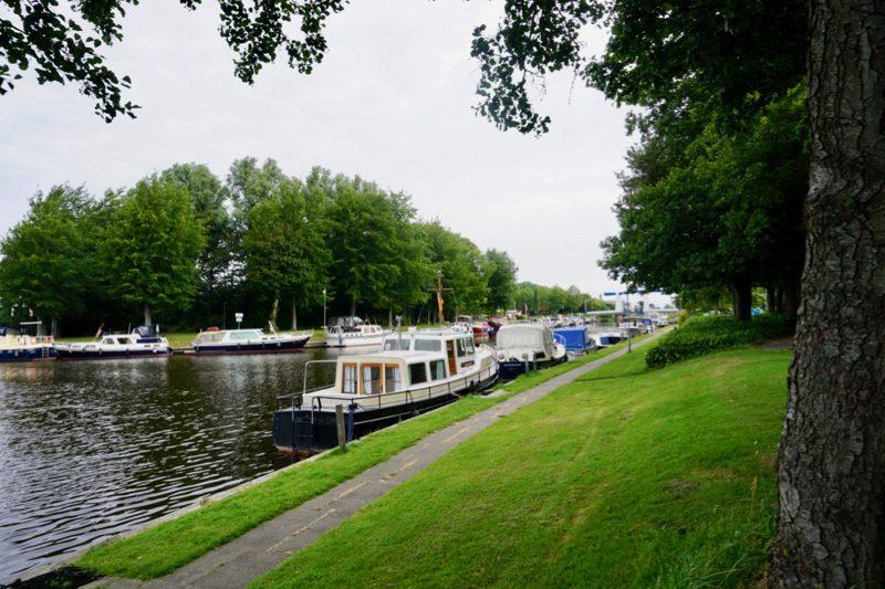 De ligplaatsen langs het kanaal in Middenmeer