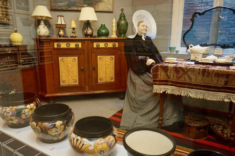 Huiskamer tafereel uit Huizen met Eskaf aardewerk