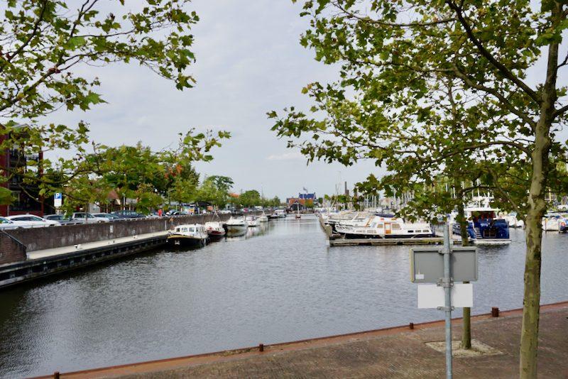 De passantenkade in de haven van Huizen