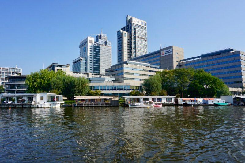 Hoge kantoorpanden aan de Amstel bij Amsterdam