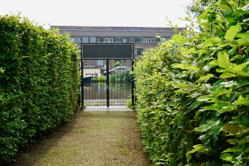 De ingang van de Joodse begraafplaats aan het water in Ouderkerk aan de Amstel
