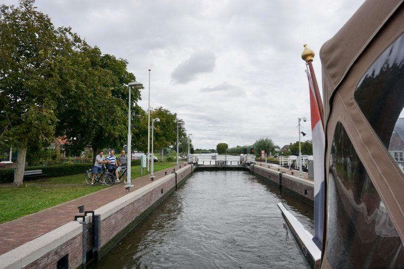 De Tolhuissluis tussen de Amstel en het Aarkanaal