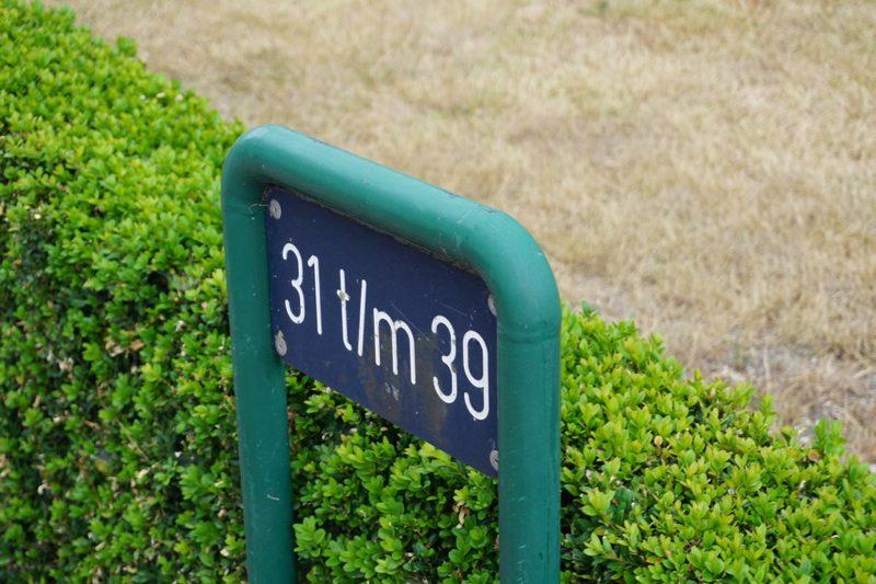 Bordje met huisnummers aan de Oude Rijksweg in Staphorst