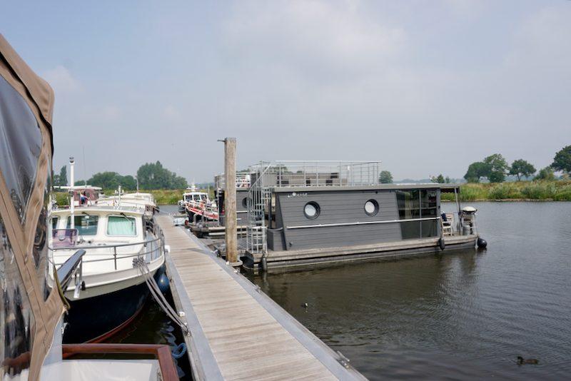 Aangemeerd aan de hoofdsteiger in de IJsseldelta Marina te Hasselt