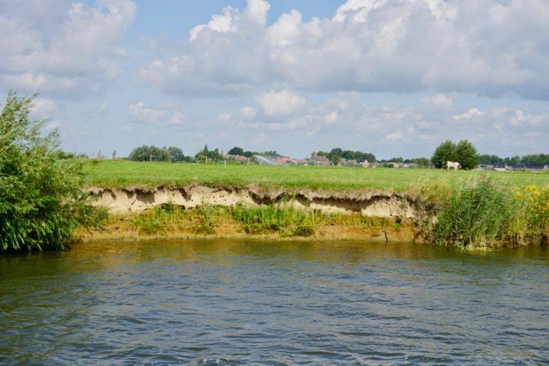 Oever langs de IJssel met holen van de oeverzwaluw