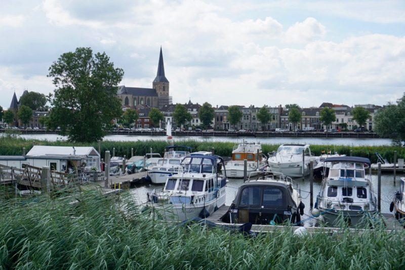 De jachthaven van W.S.V. IJsselmuiden met op de achtergrond de Bovenkerk van Kampen