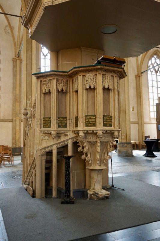 De Middeleeuwse kansel van kalkzandsteen in de Bovenkerk te Kampen