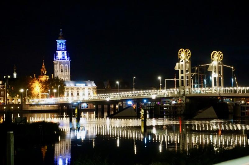 De Nieuwe Toren en de Stadsbrug van Kampen in de avond